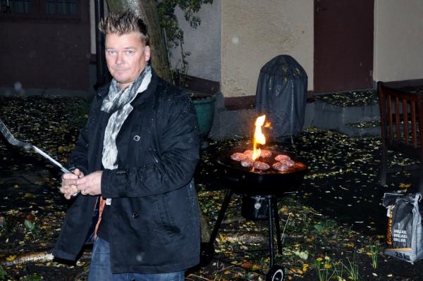 Galningarna ställde sig och grillade burgare. I oktober. På en innergård på Surbrunnsgatan.